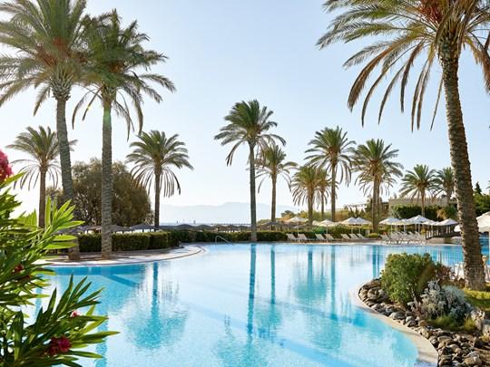 Profitez du soleil au bord de la piscine