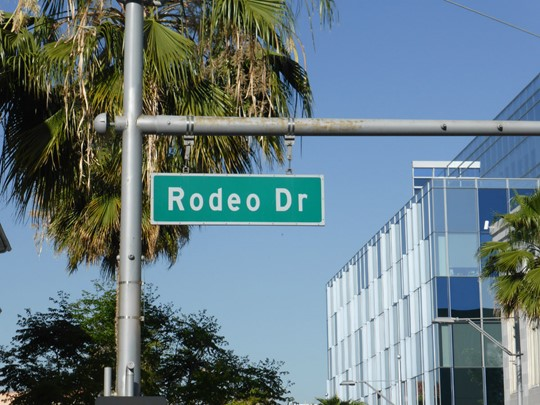 Roulez sur la célèbre Rodeo Drive à Los Angeles.
