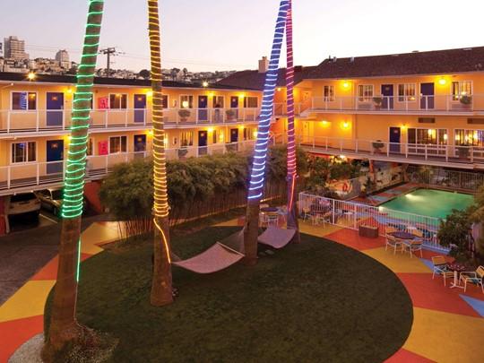 Une piscine, des hamacs, l'Hotel Del Sol est idéal pour vous reposer après une journée de visite de San Francisco