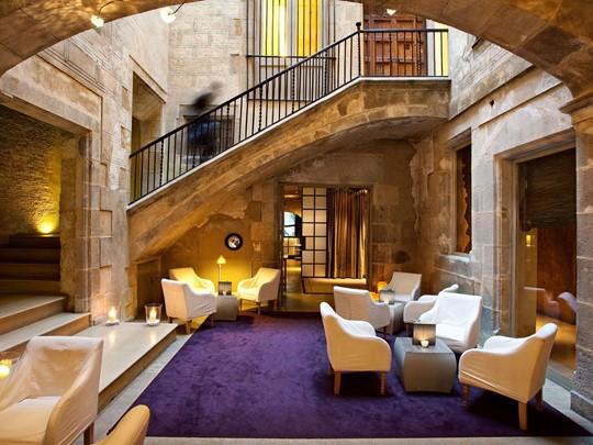 Le lobby de l'hôtel Neri situé en Espagne