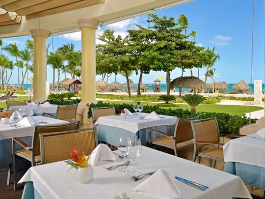 Restaurant avec vue sur jardins et la plage