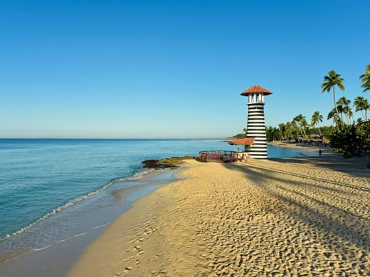 Une plage au charme unique abrité par le phare de l'hôtel