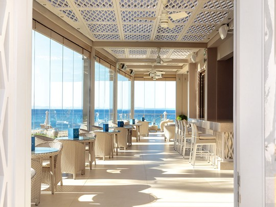 Helios Bar de l'hôtel Ikos Olivia situé à Halkidiki