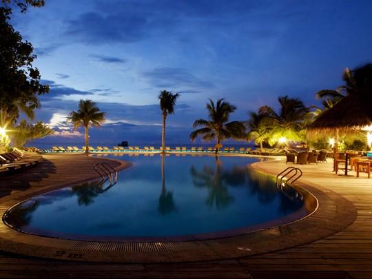 Piscine de l'hôtel Kuredu Island Resort aux Maldives