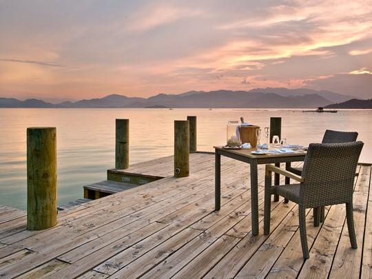 Profitez d'un repas romantique sur le ponton de l'hôtel