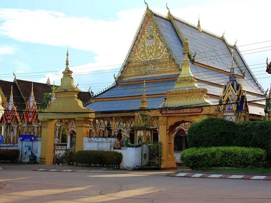 Visite du Vat Luang, l'un des plus ancien et des plus grand temple de Pakse