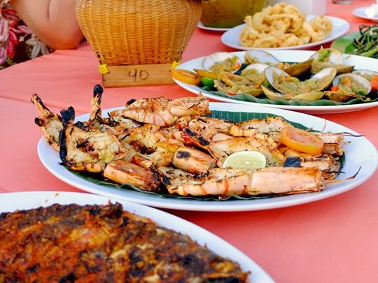 Des paillotes spécialisées dans les grillades de poissons et de fruits de mer bordent la plage et raviront les plus gourmands d'entre vous