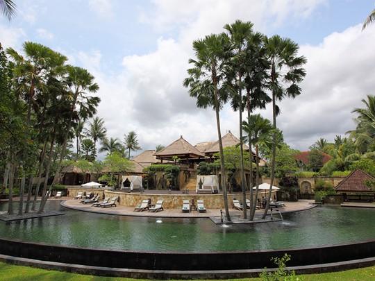 Séjournez à l'Ubud Village Resort, où se rencontrent tranquilité et tradition