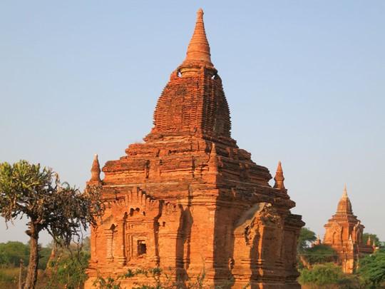 Les stupas et temples traditionnels parsèment la plaine de Bagan