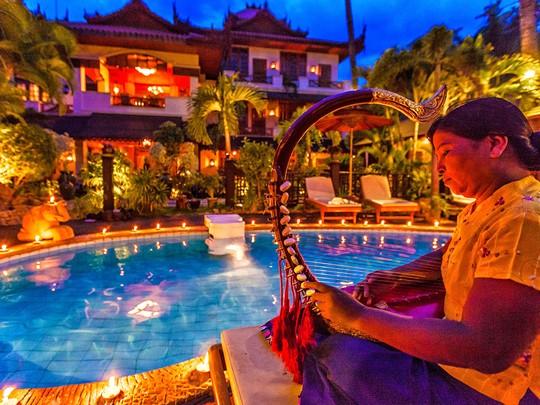 Laissez-vous séduire par la musique traditionnelle au bord de la piscine de votre hôtel à Mandalay