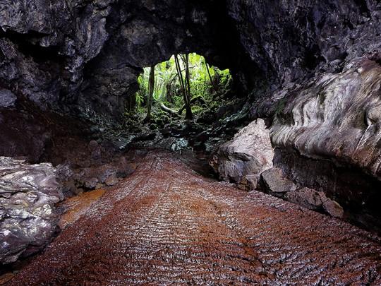 Rendez vous à Saint Philippe, et visitez le Tunnel de lave