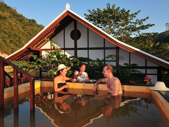 Détendez vous dans un bain relié aux sources d'eau chaude au Muang La Resort
