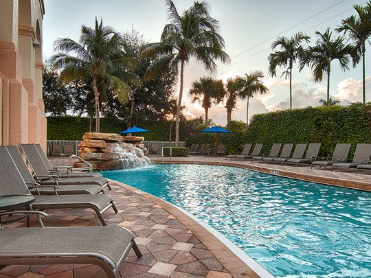Doubletree Suites by Hilton et sa piscine