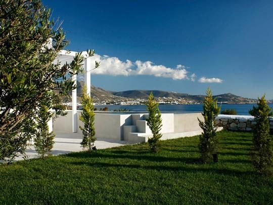La piscine du Paros Agnanti, un hôtel à l'architecture traditionnelle