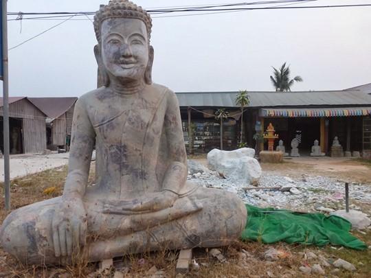 Visite des ateliers des sculptures sur marbre à Pursat