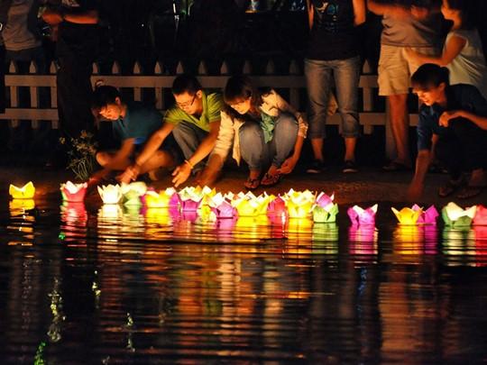 Déposez des lanternes flottantes sur l'eau et faites un voeu au bord de la rivière de Hoi An