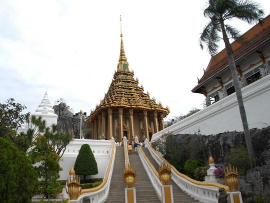 Le Wat Phra Phoutthabat, où il semblerait qu'il y ait une empreinte de Bouddha