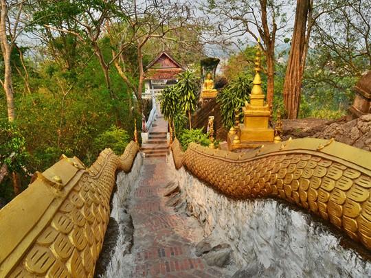 Entamez l'ascension du Mont Phousi pour jouir de l'une des plus belles vues sur Luang Prabang