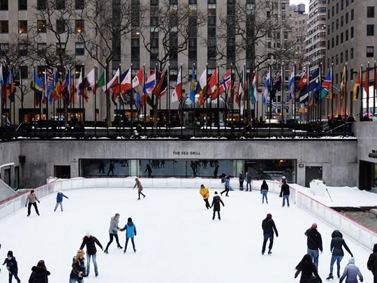Rendez-vous au Rockfeller Center où se trouve la patinoire la plus célèbre de la ville