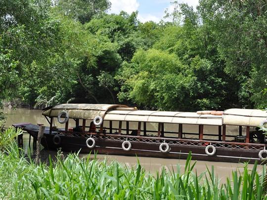 Rendez-vous à bord du Mystic Sampan pour prendre une collation tout en naviguant sur le Mékong.
