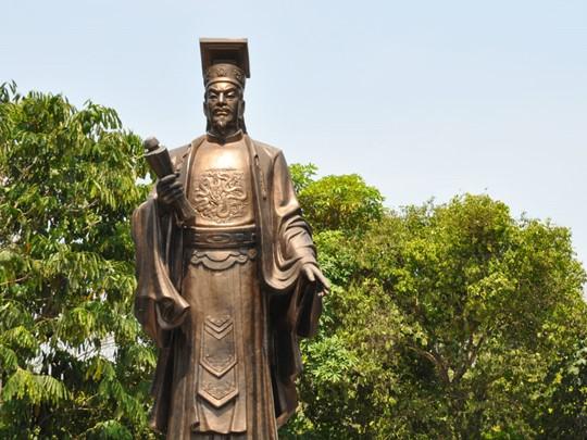 La statue de Ly Thai Tho à Hanoï