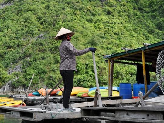 Profitez de votre voyage pour faire du kayak entre les roches karstiques