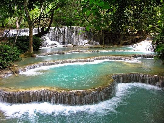 Rendez-vous aux cascades Kuang Si pour admirer un magnifique spectacle naturel