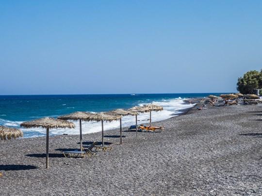 La plage de sable noir de Kamari