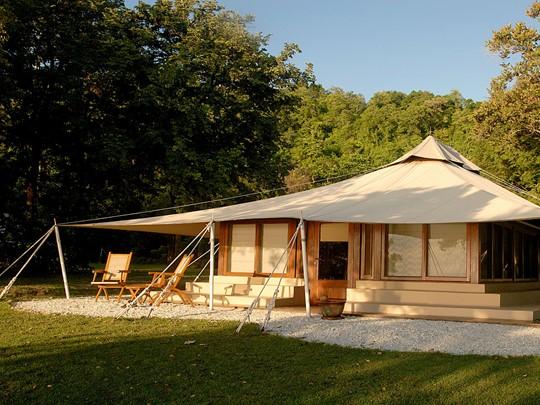 Vue de l'extérieure de la tente de l'Amanwana