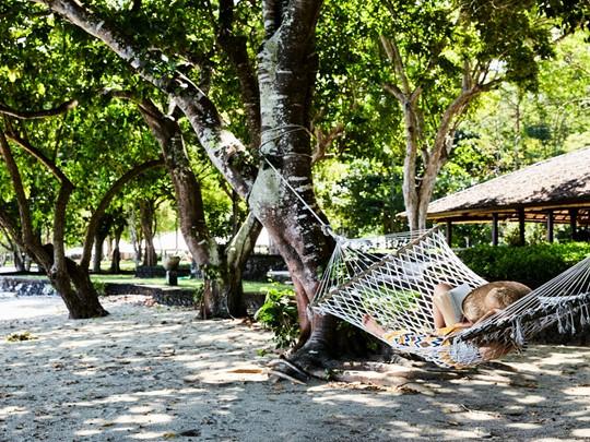 Relaxez-vous sur un hamac sur l'île de Moyo