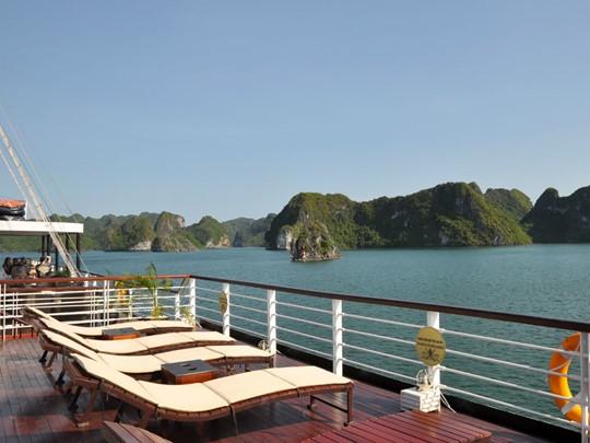 Bain de soleil sur le pont de votre jonque à Halong