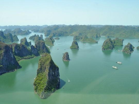 La superbe baie d'Halong vue du ciel