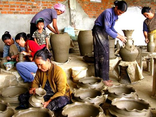 Balade dans le marché local de Bat Trang qui offre une grande variété de céramiques