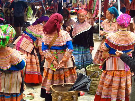 Explorez le marché des minorités ethniques des Hmong Fleuris, Hmong Noirs, Tu Di, Tay, Giay, et Zao Rouges à Lao Cai