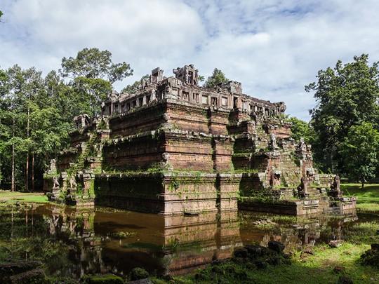 Le Phimeanakas, un temple hindouiste situé dans l'enceinte du palais royal de l'ancienne ville d'Angkor Thom