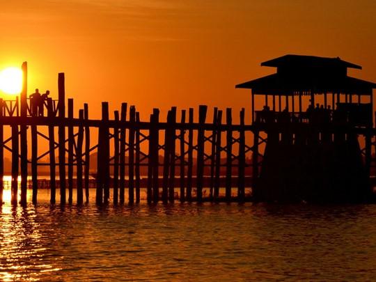 Flânez sur le superbe pont U Bein au coucher de soleil