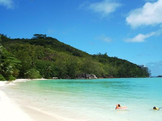 Vue d'Anse Royale, avec son magnifique décor, l'eau cristalline et la plage de sable fin