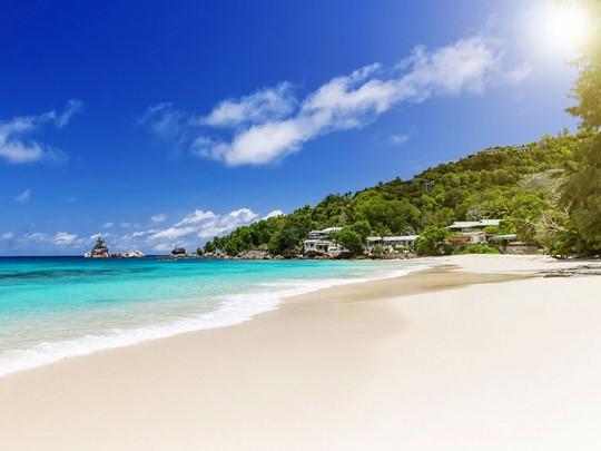 Anse Intendance; une plage de sable blanc, d'une mer d'un bleu de toutes nuances et de superbes blocs de granite