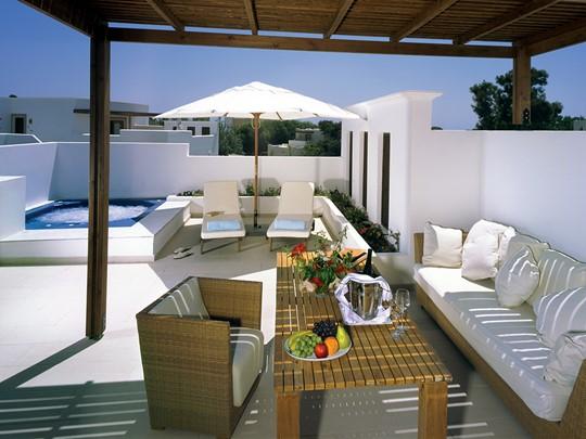 La terrasse de la River Passage Junior Suite du Lindian Village en Grèce