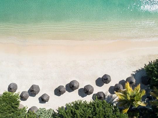 Tournée vers l'océan, entre sable blanc et eau transparente