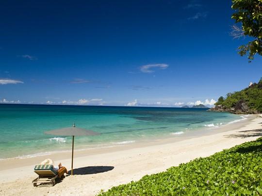 La plage du MAIA Luxury Resort aux Seychelles