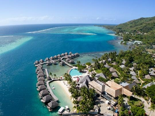 Vue aérienne du Manava, un hôtel de charme polynésien
