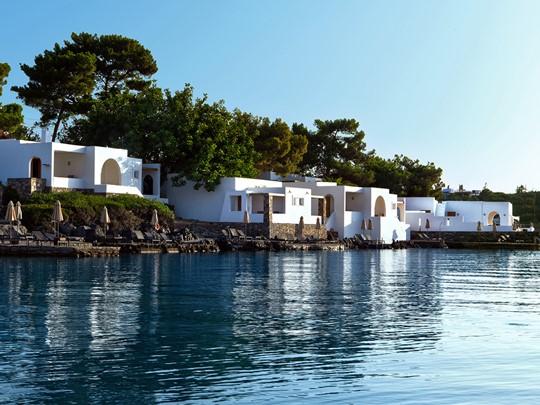 Vue du Minos Beach Art Hotel, situé dans la baie de Mirabello