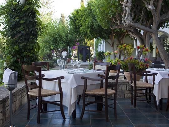 Le restaurant Ambrosia du Minos Beach Art Hotel