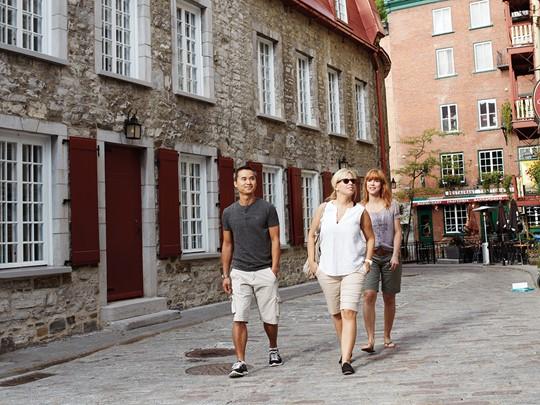 Parcourez les rues chaleureuses et animées du Petit-Champlain