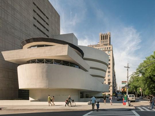Le  Guggenheim, en forme de pile d'assiette ou de cupcake inversé, une architecture insolente