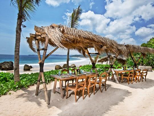 Somptueux repas les pieds dans le sable au Nio Beach Club du Nihi Sumba