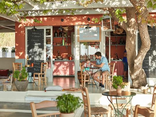 Sirotez un délicieux café traditionnel au Kafeneion de l'Olympia Oasis