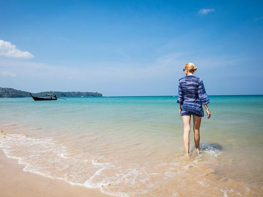 Balade sur la plage de l'hôtel Outrigger Laguna Phuket