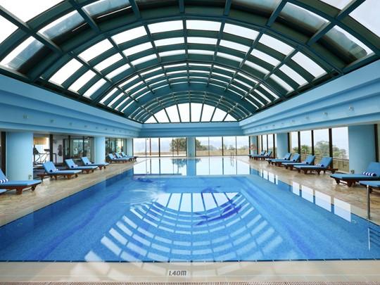 La piscine de l'hôtel Sofitel Plaza Hanoi au Vietnam